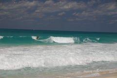 El practicar surf del Caribe Foto de archivo libre de regalías