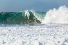 El practicar surf del embarque del cuerpo de la persona que practica surf Fotos de archivo