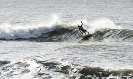 El practicar surf del invierno imagen de archivo libre de regalías