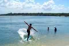 El practicar surf del muchacho Imágenes de archivo libres de regalías