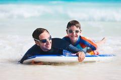 El practicar surf del padre y del hijo Fotografía de archivo libre de regalías
