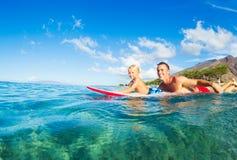 El practicar surf del padre y del hijo Foto de archivo libre de regalías