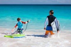 El practicar surf del padre y del hijo Fotos de archivo