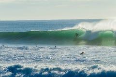 El practicar surf del paseo de la onda de la persona que practica surf Fotografía de archivo libre de regalías