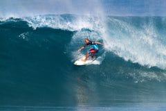 El practicar surf dorio de Shane en los amos de la tubería Imágenes de archivo libres de regalías