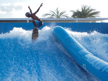 El practicar surf en arena de la resaca Imagen de archivo libre de regalías
