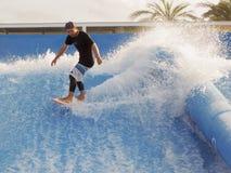 El practicar surf en arena de la resaca Fotos de archivo libres de regalías