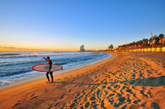 El practicar surf en Barcelona Imágenes de archivo libres de regalías