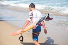 El practicar surf en el Caribe en D r imagen de archivo