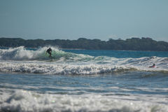 El practicar surf en Costa Rica imágenes de archivo libres de regalías