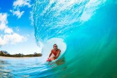 El practicar surf en el barril imagenes de archivo