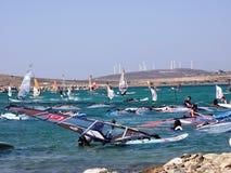 el practicar surf en el mar y las turbinas de viento posteriores Imagenes de archivo