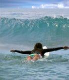 El practicar surf en el Océano Pacífico Foto de archivo libre de regalías