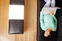 El practicar surf en el sofá Imagen de archivo libre de regalías