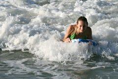 El practicar surf en el sol Imágenes de archivo libres de regalías