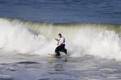 El practicar surf en fumar foto de archivo libre de regalías
