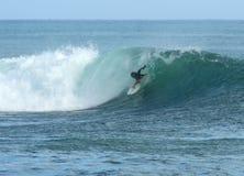 El practicar surf en Hawaii Fotos de archivo
