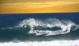 El practicar surf en Hawaii en la puesta del sol Imagen de archivo