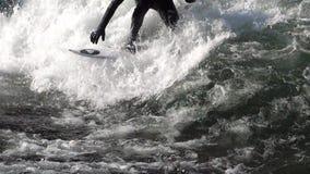 El practicar surf en la cámara lenta 6 de las ondas almacen de metraje de vídeo