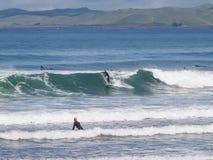 El practicar surf en la onda en la bahía de la roca de Morro Foto de archivo libre de regalías