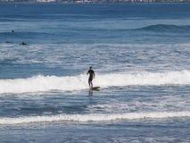 El practicar surf en la onda en la bahía de la roca de Morro Fotos de archivo libres de regalías