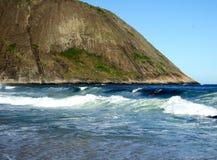 El practicar surf en la playa de Itacoatiara Imagenes de archivo