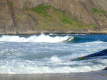 El practicar surf en la playa de Itacoatiara Foto de archivo libre de regalías