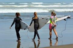 El practicar surf en la playa de Muriwai - Nueva Zelanda Imagenes de archivo