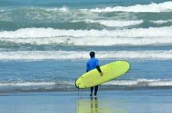 El practicar surf en la playa de Muriwai - Nueva Zelanda Fotografía de archivo