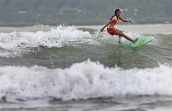 El practicar surf en la playa de Pancer Foto de archivo libre de regalías