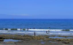 El practicar surf en la playa de Playa De Las Américas Imágenes de archivo libres de regalías