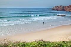 El practicar surf en la playa en Portugal. Imagen de archivo
