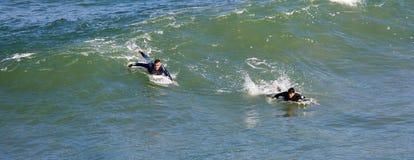 El practicar surf en la playa imperial California Imagen de archivo libre de regalías