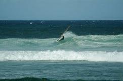El practicar surf en la tapa Fotos de archivo