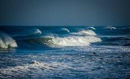 El practicar surf en la tormenta 1 Imágenes de archivo libres de regalías