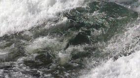 El practicar surf en las ondas almacen de video