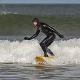 El practicar surf en Lossiemouth. foto de archivo