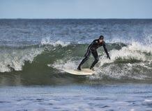 El practicar surf en Lossiemouth. imagen de archivo libre de regalías