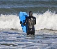 El practicar surf en Lossiemouth. fotos de archivo