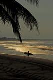 El practicar surf en madrugada Fotografía de archivo libre de regalías