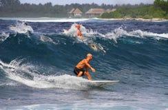 El practicar surf en Maldives Foto de archivo libre de regalías