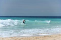 El practicar surf en el Océano Índico imágenes de archivo libres de regalías