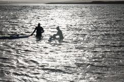 El practicar surf en el Océano Atlántico imagenes de archivo