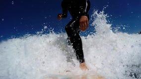 El practicar surf en ondas almacen de metraje de vídeo