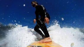 El practicar surf en ondas almacen de video