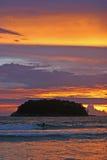 El practicar surf en paraíso Foto de archivo libre de regalías