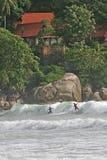 El practicar surf en Tailandia imagen de archivo libre de regalías