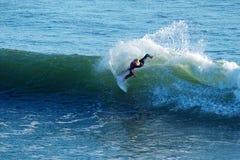 El practicar surf joven nacional de la persona que practica surf en Santa Cruz, California Fotografía de archivo libre de regalías