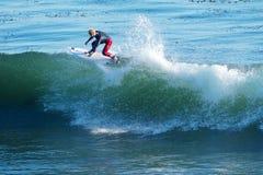 El practicar surf joven nacional de la persona que practica surf en Santa Cruz, California Fotos de archivo libres de regalías