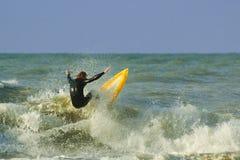 El practicar surf loco foto de archivo